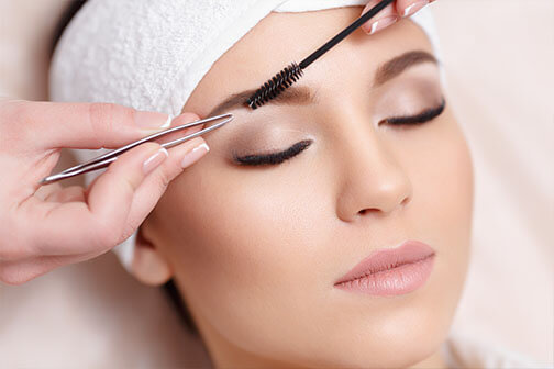 klassieke gezichtsbehandeling - epileren van wenkbrauwen