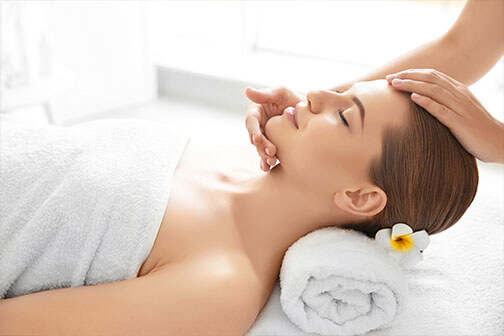 gezichtsbehandeling - skin improvement - vrouw die een hoofdmassage ontvangt
