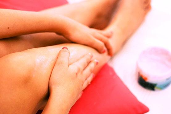 Geharste benen naverzorging met creme lotion