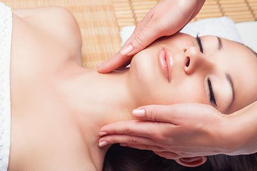 basis gezichtsbehandeling - vrouw die een gezichtsmassage krijgt
