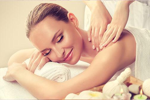 Vrouw die een massage van de rug krijgt door de schoonheidsspecialiste